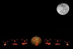 O-lanternas e Lua cheia de Jack com espaço para o texto Fotografia de Stock Royalty Free
