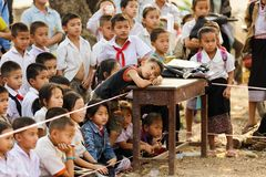 O Laotian caçoa a escola exterior Imagens de Stock