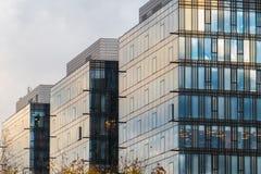 O lapso de tempo bonito do céu nebuloso refletiu em Windows de um arranha-céus Fotos de Stock