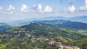 O lapso de tempo da vila de Doi Mae Salong The é ficado situado em uma cume no distrito de Mae Fah Luang na província de Chiang R filme