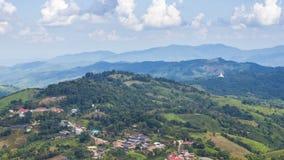 O lapso de tempo da vila de Doi Mae Salong The é ficado situado em uma cume no distrito de Mae Fah Luang na província de Chiang R vídeos de arquivo