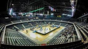 O lapso de tempo de uma arena de esporte assenta o enchimento acima com a multidão de povos