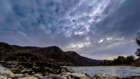 O lapso de tempo disparou de um rio perto das rochas enormes da floresta da montanha e dos movenings r?pidos das nuvens Movimento filme