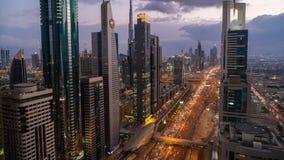 O lapso de tempo do arranha-céus da vista para baixo alinhou Sheikh Zayed Road no crepúsculo filme