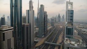 O lapso de tempo do arranha-céus da vista para baixo alinhou Sheikh Zayed Road no crepúsculo vídeos de arquivo