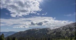 O lapso de tempo do cloudscape atrás das montanhas cobre Neve, rochas, penhascos e céu azul profundo Alta altitude vídeos de arquivo