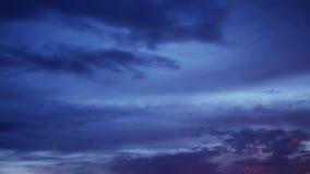 O lapso de tempo do por do sol coloriu nuvens no céu azul filme