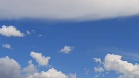 O lapso de tempo, faz sinal ao branco, cinza, nuvens inchado vídeos de arquivo