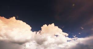 o lapso de tempo 4k do por do sol nubla-se o voo maciço no céu, céu, platô de Tibet filme