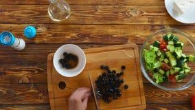 o lapso de tempo 4k do ` s da mulher entrega a preparação da receita grega da salada video estoque