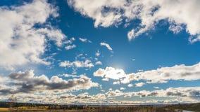 O lapso de tempo nubla-se no por do sol, 4k video estoque