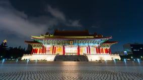 O lapso de tempo de povos não identificados visitou a sala de concertos nacional de Chiang Kai-Shek Memorial Hall na noite em Tai vídeos de arquivo
