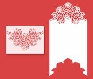 O laser cortou o molde do envelope para o cartão de casamento do convite Cartão de papel com beira do laço Imagem de Stock
