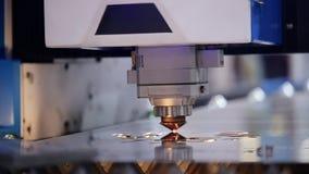O laser da solda da máquina cortou o close up das placas de circuito vídeos de arquivo