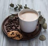 O latte do café, flovers, feijões da caneca do copo da vista superior toma o pequeno almoço cookies rústicas da luz da manhã da m imagem de stock