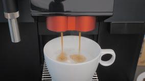 O latte o mais de alta qualidade do café fez com uma máquina do café vídeos de arquivo
