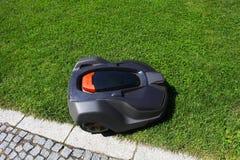 O lawnmower do robô sega o gramado, vista superior Foto de Stock Royalty Free