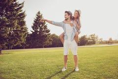 O lazer, felicidade fria, caminhada do gramado, relaxa, estilo de vida romance, Foto de Stock