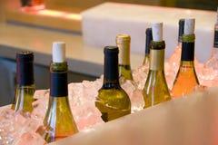 O álcool bebe frascos no gelo na barra Foto de Stock