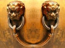 O leão de bronze dirige como um punho de uma cuba na cidade proibida Pequim fotografia de stock