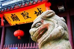 O leão de pedra na cultura e na arquitetura chinesas da tradição foto de stock