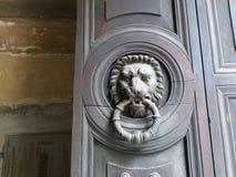 O leão deu forma a pessoas que bate à porta com anel em sua boca fotos de stock