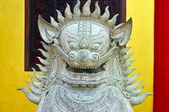 O leão do guardião protege um templo budista chinês fotos de stock