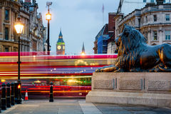 O leão e Big Ben de Londres Trafalgar Square elevam-se no fundo, Lo foto de stock royalty free
