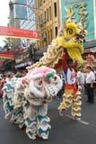 O leão e o dragão dançam em Chinatown Imagem de Stock