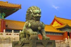O leão na porta de fobidden a cidade foto de stock royalty free