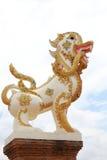 O leão na religião budista tem o Naga na boca Foto de Stock Royalty Free