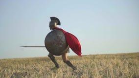 O legionário faz uma lança falsa e bate o oponente com um protetor video estoque