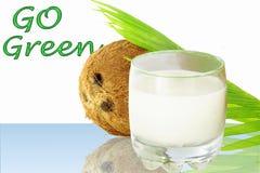 O leite de coco com vai palavras verdes Fotografia de Stock Royalty Free