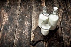O leite de vaca fresco imagens de stock