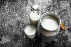 O leite de vaca fresco imagens de stock royalty free