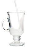 O leite derramou na caneca de vidro fotos de stock