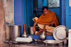 O leiteiro prepara o lassi indiano da bebida por um anci Fotos de Stock