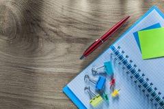 O lembrete nota clipes de papel dos pinos de desenho da pena do caderno em b de madeira Imagens de Stock