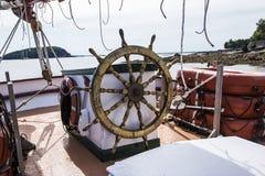 O leme de um veleiro de madeira com a ilha do porco- no backg Foto de Stock Royalty Free