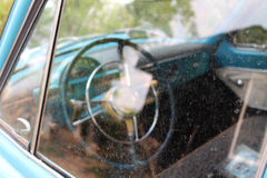 O leme do carro velho Fotos de Stock