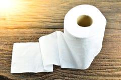 O lenço de papel branco pôs sobre a casca velha, madeira sob a luz solar Fotos de Stock Royalty Free