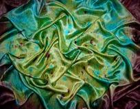 O lenço de seda brilhante, lenço para mulheres fotografia de stock royalty free
