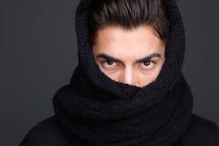 O lenço masculino do modelo de forma cobriu a cara Foto de Stock