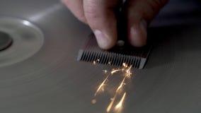 o Lento-movimento, trabalhador aponta uma l?mina da tosquiadeira na m?quina de moedura, sparkles no lento-movimento vídeos de arquivo