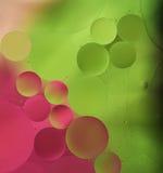 O óleo cor-de-rosa, verde deixa cair na água - fundo abstrato Fotografia de Stock