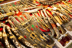 O leste afiou as armas vendidas no bazar grande em Istambul imagem de stock