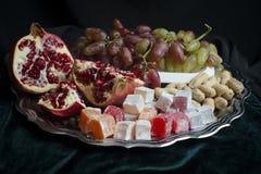 o leste e os delicios os mais doces frutificam em uma bandeja de prata fotos de stock royalty free