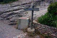 O letreiro da estrada à parte superior da montanha de Monserrate nos Pyrenees imagens de stock royalty free