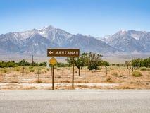 O letreiro do campo de detenção de Manzanar, histórico nacional de Manzanar senta-se fotografia de stock