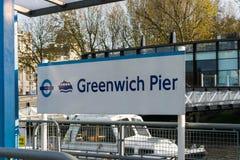O letreiro que mostra o dockside no sinal do cais de Greenwich para o cais de Greenwich imagens de stock